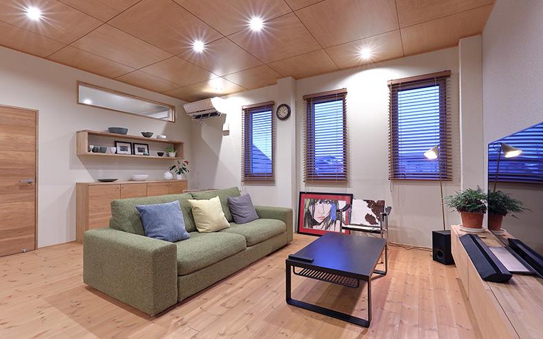 佐藤さん自身の作品も飾っているリビング。窓はLow-Eペアガラスに交換、床は無垢フローリングを採用し、あたたかみのある空間に仕上げた(撮影/筒井岳彦)