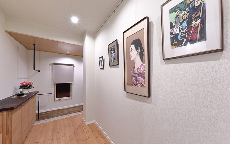 1階玄関から奥につながる廊下にピクチャーレールを設け、自分の作品をギャラリー風に展示(撮影/筒井岳彦)