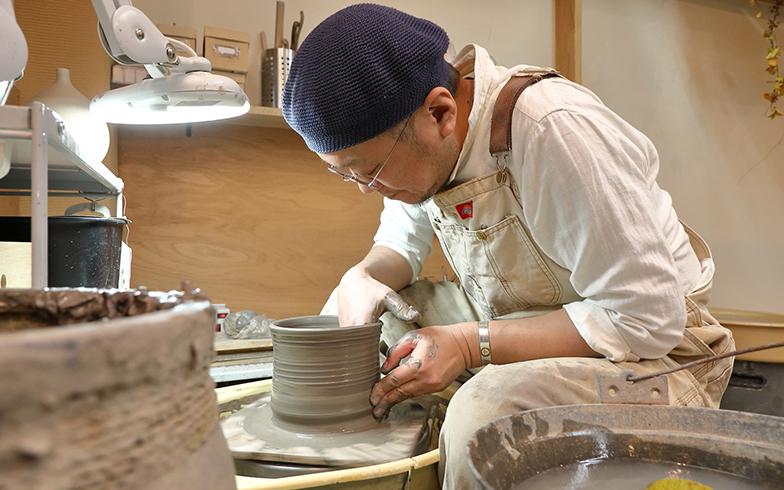 原則として、自身の制作(陶芸と切り絵)は、毎日行う佐藤さん。その合間に、陶芸教室や切り絵の個人レッスン、子ども向けの図画工作教室を開いている(撮影/筒井岳彦)