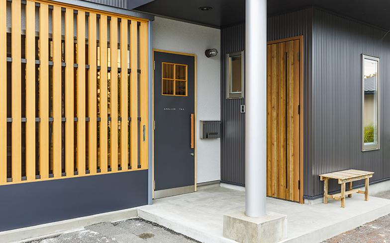 右のドアがプライベートゾーン用の玄関。左が、アトリエの玄関と、入口を分けている(写真提供/結設計工房)