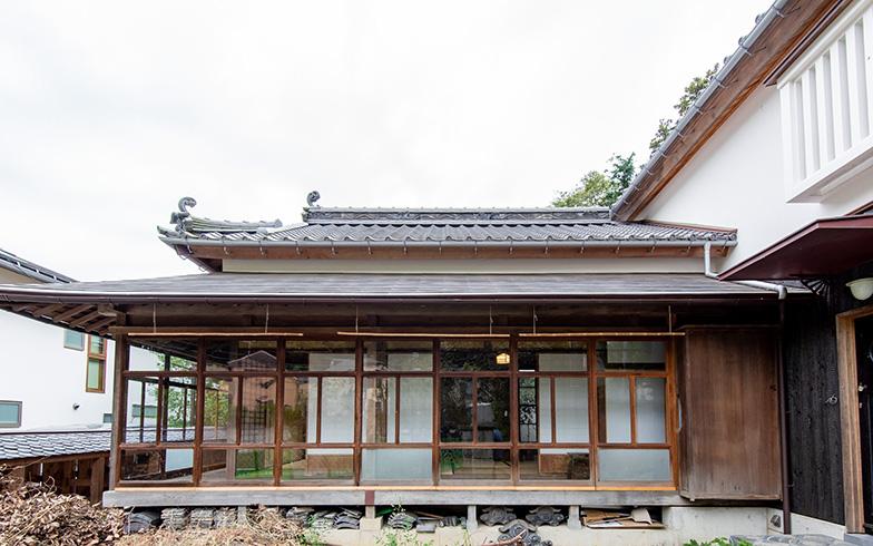 離れの座敷として使用されていた平屋と、2階建ての土蔵。敷地の関係で西隣にあった母屋を除き、職人の手仕事で丁寧に解体されたあと移送し、そのまま鎌倉で蘇った(写真撮影/高木 真)