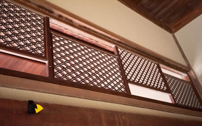 明治時代につくられたとは思えない、斬新なデザインの欄間(らんま)。職人さんの手仕事で丁寧に解体、壊れないよう岡山から鎌倉まで運ばれ、再び組み立てられ、時代と空間を越えて再生された(写真撮影/高木 真)