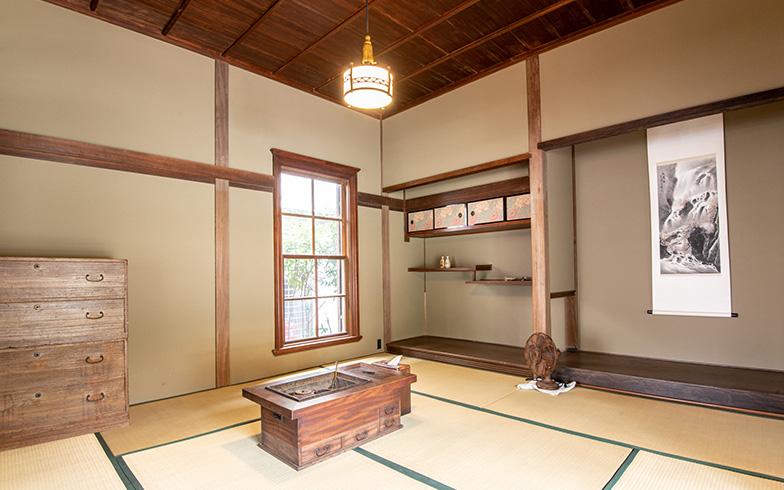和室には珍しい洋風の重厚な上げ下げ窓が印象的で、当時はかなり斬新なデザインだったと推測される。二間続きの和室は、来客時やイベントの際のおもてなしスペースに(写真撮影/高木 真)