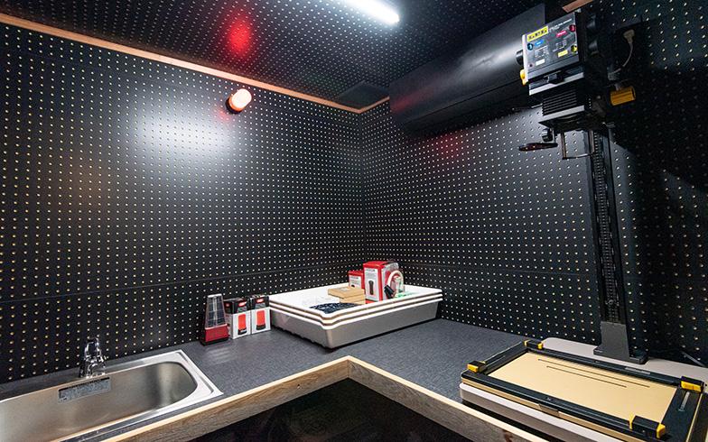 白い漆喰壁の裏には、趣味のフイルム写真現像用の暗室スペースも(写真撮影/高木 真)