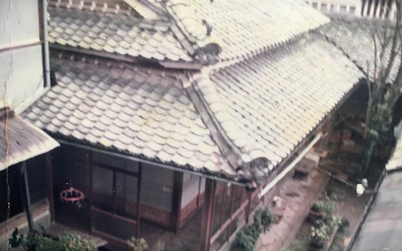 Before:かつて岡山の旧道沿いで呉服店「和泉屋」を営んでいたという移築前の蔵付き古民家。平屋と蔵の西側には母屋があり、法事の際などは親戚が大勢集まりにぎわっていたが、この家の主亡きあとは空き家になっていた(写真提供:元オーナー・米本弘子さん)