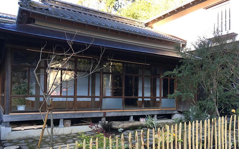 After:敷地の関係で母屋は岡山に残し、平屋と蔵をそのままの配置で鎌倉に移築再生した小泉邸。「建物完成後は庭に着手、植栽が育つのが楽しみです。家は着々と進化中」(写真提供:新オーナー・小泉成紘さん)