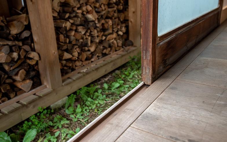 一本レールに木製建具が並ぶ繊細さに一目惚れしたため、引き違い用のレールを増やすことなく、あえて元の姿のままに再生。そのため、風雨をよけるため雨戸にしたり、通風のため網戸にする際は、ガラス戸を一枚ずつ外して入れ替えていくという手間も力仕事も伴う。不便さあっての美しさ、そして日本家屋での暮らしはひと昔前までこれが当たり前だった(撮影/高木 真)
