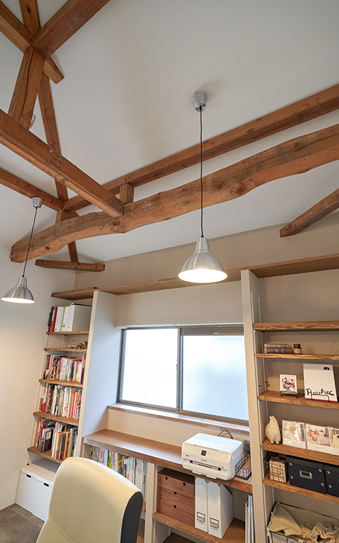 ワークスペースの背中側。可動棚のある本棚やプリンターも手が届く距離にあり、効率的に仕事が進められる(写真提供/G-FLAT)