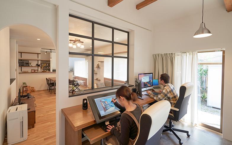 室内窓に面して2つのデスクが並ぶワークスペースは、夫婦が同時に作業することもできる。デスクは複数のモニターを置いてもスペースに余裕がある(写真提供/G-FLAT)