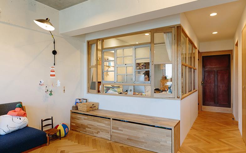 67.20平米・2LDKのマンションのリビングの玄関側を小部屋に仕立ててワークスペースに。フリーランスで働く妻にとって自宅内のワークスペースはかねてからの念願だった(写真提供/リビタ)