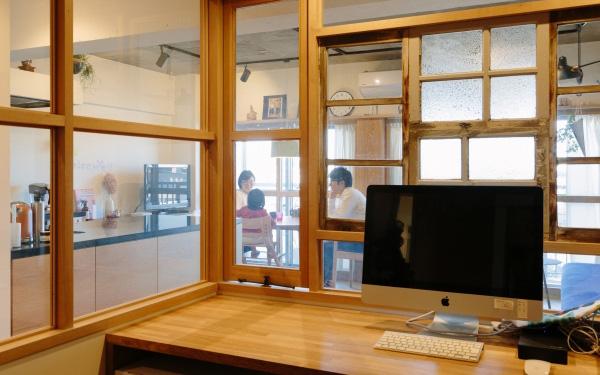 リビング越しに窓の外の景色が見えるほどに開放的な点には大満足。ガラス窓を開けるとリビングにいる家族と会話も可能。集中したいときには窓とカーテンを閉めれば完全な個室にすることもできる(写真提供/リビタ)