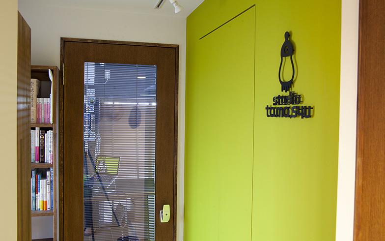 "LDKからワークスペースへとつながる廊下の壁面を若草色に。ブルー基調のリビングからこの""森""を通って移動することで、アタマが仕事モードになる(撮影/Sayaka Terada[ZODIAC])"
