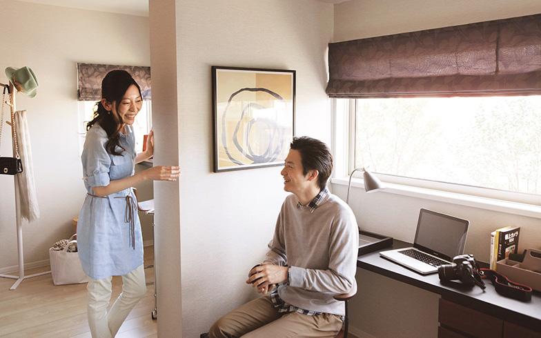 夫婦それぞれに個別のスペースが設けられているので、夫婦が同じ時間に作業する場合でも、自分だけの空間が確保できる(写真提供/積水化学工業)