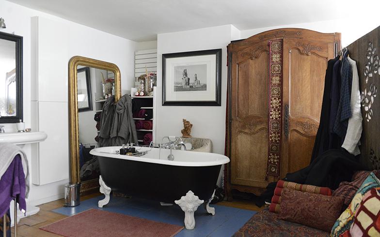 1階のサロン部分の上が浴槽の置かれた部屋。アトリエから吹抜けになっているので光いっぱいのスペースになっています。浴槽は黒に自分たちで塗りました。タンスは田舎の家から持って来た年代物(写真撮影/Manabu Matsunaga)