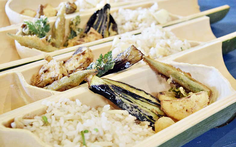 竹を器にしたタケノコご飯(画像提供/鈴木さん)
