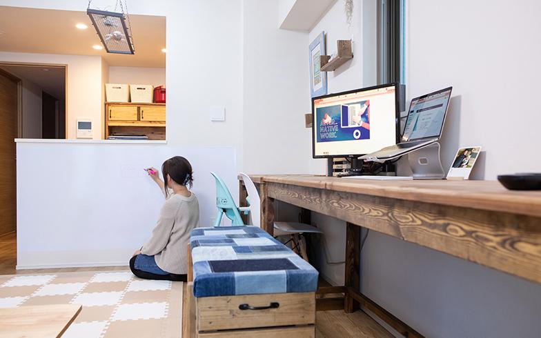 キッチン下のカウンターにはシール式のホワイトボードを貼って、自分の考えをまとめる場に。「書く場所の広さは思考の広がりに比例すると思って、できるだけ広く取りたかったんです」(写真撮影/片山貴博)