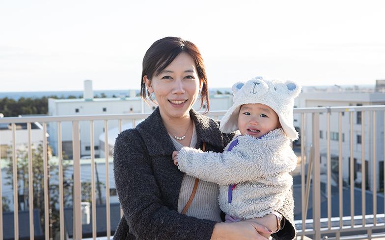 1歳7カ月の娘さんと。「発熱などでお迎えの電話があっても、在宅なのですぐに迎えに行けます」(写真撮影/片山貴博)