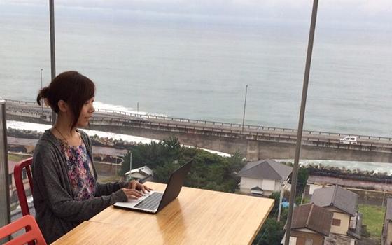 茨城県水戸市を中心に1カ月ほどワーケーションをしたことも。「日立駅にある海の見えるカフェで仕事をしていました」