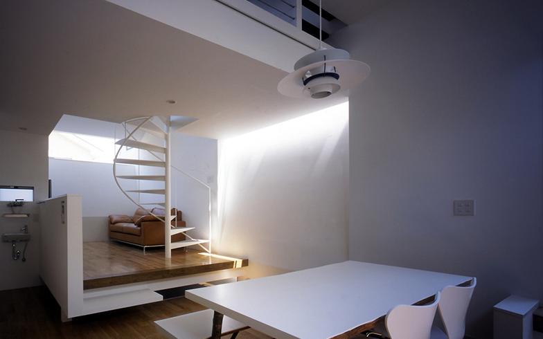 やわらかく光が差し込む角田さんの住まい(写真は12年前のもの)。もなかさんのケージがあるのは2階だそう(写真提供/角田修一さん)