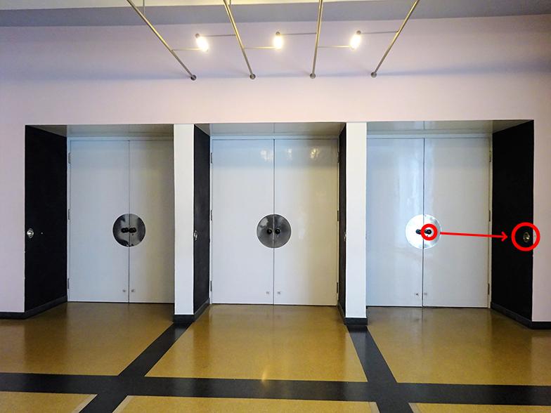 講堂の入口部分。白い扉の奥が講堂