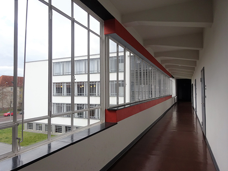 工房棟から橋状の建物を通って北棟へ。窓の外(奥)に見える北棟は窓の水平ラインが特徴的