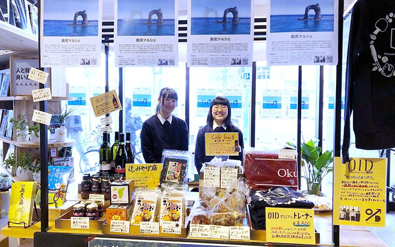 奥尻高校に留学した女子生徒が「部活の遠征費を生み出すための部活オクシリイノベーション事業部」での活動の一環で行った「奥尻マルシェ」。奥尻の名産品や自分たちでデザインしたオリジナルグッズの販売などを行った(写真提供/一般財団法人地域・教育魅力化プラットフォーム)