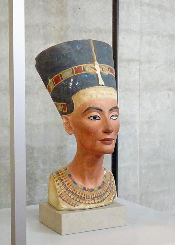 王妃ネフェルティティの胸像のレプリカ