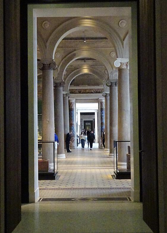 新博物館の2階、一番奥の部屋に実物が展示されている