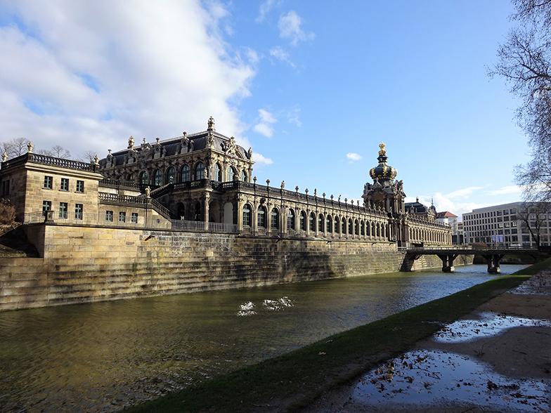 ドイツバロック建築のツヴィンガー宮殿。王冠の載った門なども有名