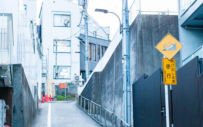 歩を進める希望すら失う、泉岳寺裏の勾配22%の急坂(写真撮影/辰井裕紀)