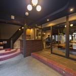 京都の元遊郭建築をリノベ。泊まって、食べて、働いて、が一つになった宿泊複…