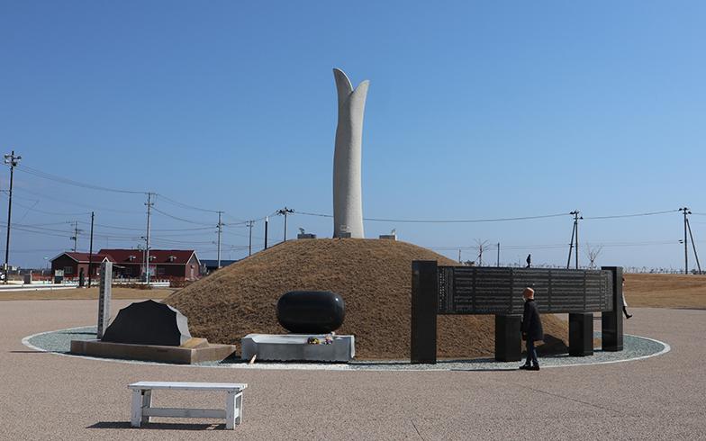2019年に完成した、名取市震災メモリアル公園の祈りの広場の東日本大震災慰霊碑。空に伸びる「芽生えの塔」の高さは、閖上の津波の高さと同じ8.4メートル(「豊穣の大地」の高さを含む)(撮影/佐藤由紀子)