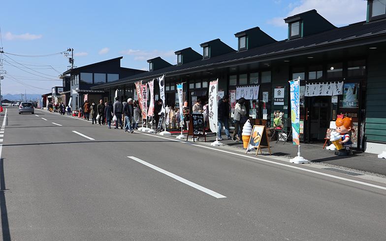 南側駐車場からすぐの「かわまちてらす閖上」。昼食どきとあって、店内から人があふれ、順番を待つ人の姿もあった(撮影/佐藤由紀子)