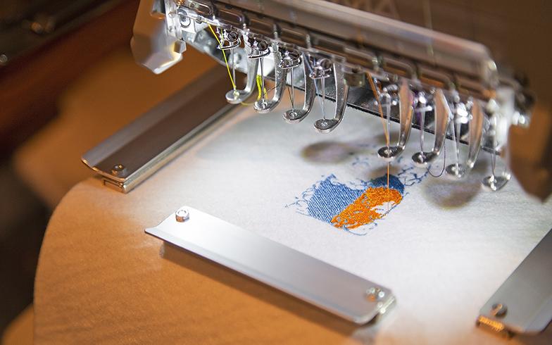 PCで4色の色に変換された絵の画像は、4色の糸で次々と刺繍されていく(写真撮影/出合コウ介)