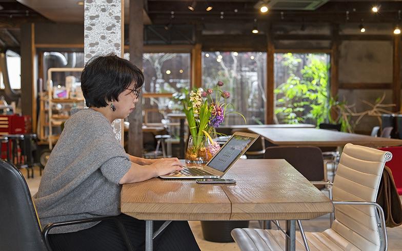 コーヒーを飲みながらコワーキングスペースとして利用する人も(写真撮影/出合コウ介)