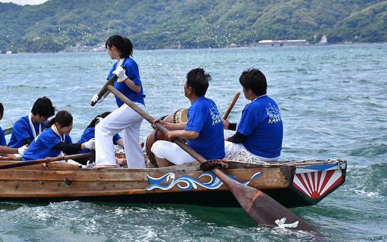 島の伝統的な行事を学校の学習に取り組む独特な取り組みも、ことねさんが惹かれた要因のひとつ。なかでも、原爆ドーム、宮島の厳島神社へ大崎海星高校生たちが自分で船を漕いでいく「旅する櫂伝馬(かいでんま)」が目玉行事(画像提供/伊達綾子さん)