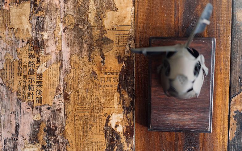 50年前の新聞紙が貼られた室内の壁(写真撮影/KRIS KANG)