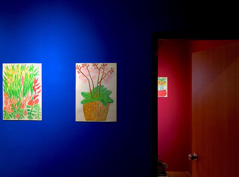 今春開催されている展覧会「日常の中でささいな幸せを感じること(原題:生活裡讓你快樂的小事)」には、90歳のおばあちゃん吳占さんによる絵が展示されています。絵を描くことはおばあちゃんにとって一番幸せな時間です(写真提供/クーパーさん)