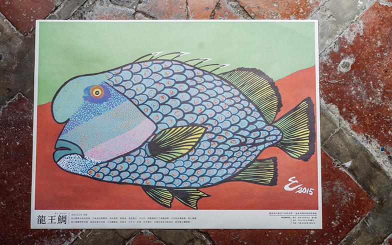 zineの裏側は、漁師のおじさんが描いた魚の絵。力強いタッチとビビッドな配色が魅力的(写真撮影/KRIS KANG)