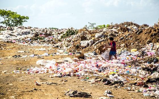 ゴミ置場からあふれ出したビニール袋やペットボトルは、風に飛ばされ、雨に流され、最終的には海に流れ着く(写真/Unsplash)