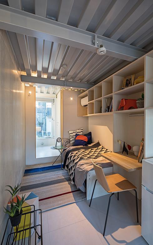 L棟の部屋の一例。キッチンやライブラリー、ランドリーなどのコモンスペースが充実しているL棟では、10平米台というコンパクトな専有スペースに家具を機能的に配置している(写真提供/JR中央ラインモール)