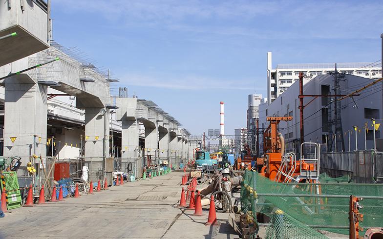 連続立体交差事業の例(東武スカイツリーライン竹ノ塚駅付近)。事業主である足立区は、新たに生まれる高架下スペースの利用方法について、区民にアンケートを実施している(画像/PIXTA)