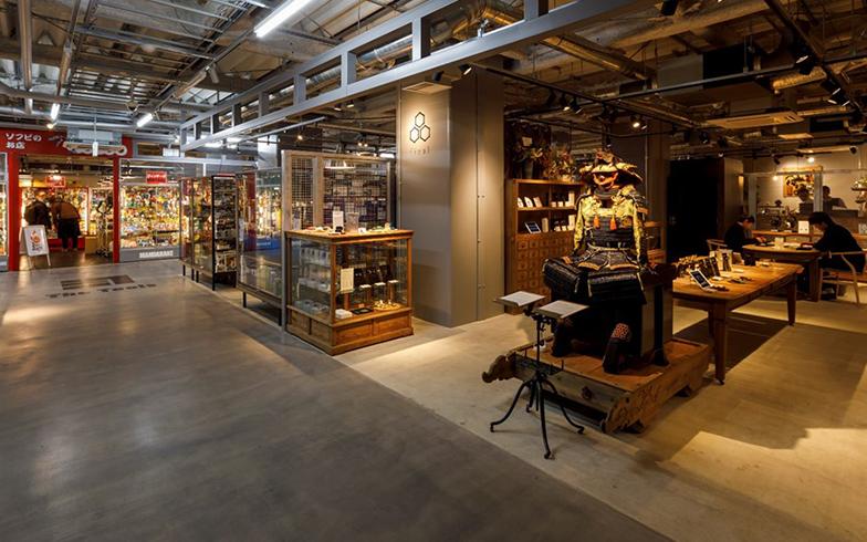 JR秋葉原駅と御徒町駅の間の高架下にある「SEEKBASE」の館内。「日本の技術」をテーマに、オーディオやカメラ、模型店などの個性的な店舗がそろっている(写真提供/ジェイアール東日本都市開発)
