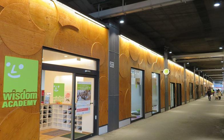 学童やプリスクール、体操教室に加えて、カフェなど親子で過ごせるショップが集まる「alːku阿佐ヶ谷」。広々とした中央通路に、「歩きたくなる高架下」というコンセプトが現れている(写真提供/ジェイアール東日本都市開発)