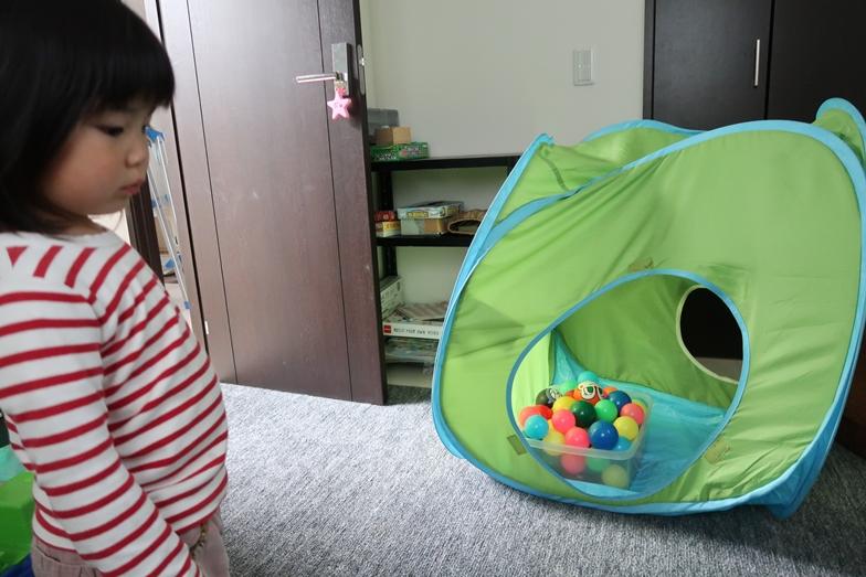 イケアのだいぶ前の子ども用テント。子ども部屋に出しているので、子どもたちが思い思い、遊んでいます(写真撮影/嘉屋恭子)
