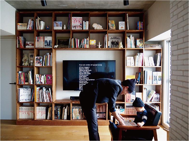 壁一面の本棚で、絵本や図鑑、文学、写真集など、さまざまな本を家族で共有しよう。本を通じた意外な出合いが子どもの好奇心や想像力につながる。難しければ、図書館の近くに住むのもひとつの手(画像提供/@morningsun3480)
