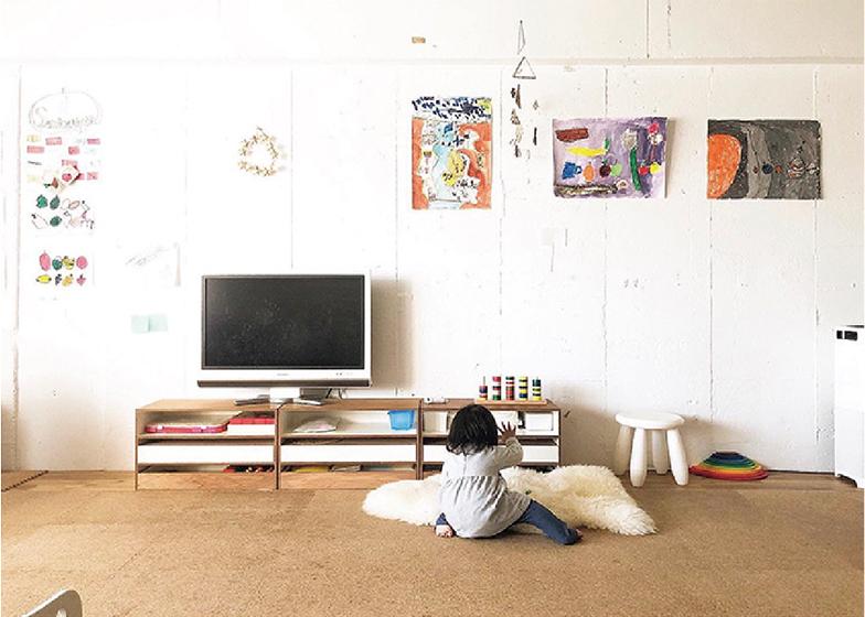 子どもの描いた絵や工作を部屋に飾ってみよう。できれば専用の場所を設けるといい。子どもの創作意欲を刺激し、自己肯定感をはぐくむ(画像提供/@uk__502)