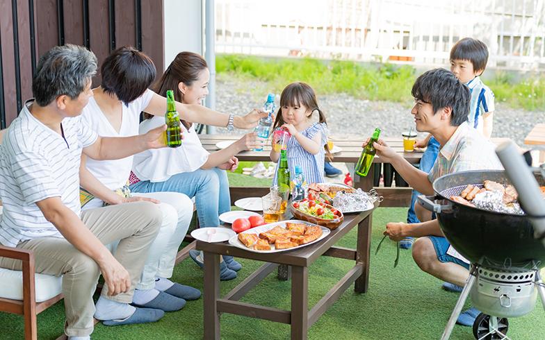 色々な人とかかわりをもつのに、庭を交流空間として開放するのも一案。マンションなら敷地内公園やキッズルームがある物件もあるので活用して(画像提供/PIXTA)