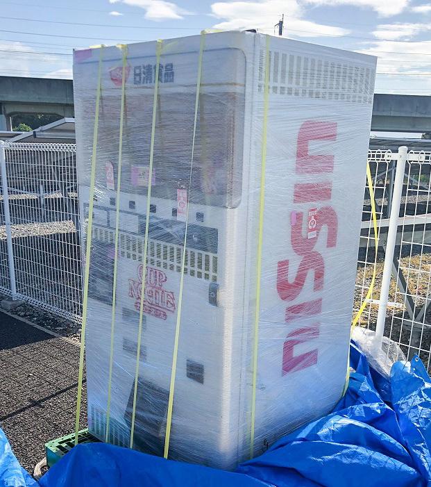 庭に1年間置いたままだったカップヌードル自販機(写真撮影/戸矢孝一)