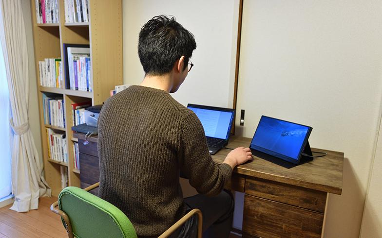 職場で集中できなかった分の仕事を持ち帰ることがなくなり、空いた時間は自身の勉強にも使えるようになったというJさん(写真撮影/水野浩志)